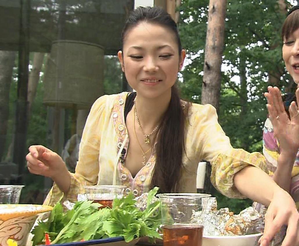 秋川麻里也 元祖スーパーモデル「秋川リサ」の娘の胸チラキャプ画像(エロ・アイコラ画像)