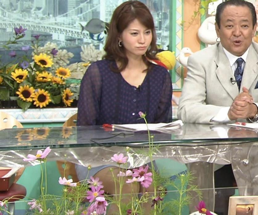 遠藤玲子 机の下のミニスカートキャプ画像(エロ・アイコラ画像)