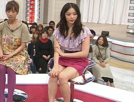 岩佐真悠子 パンツが見えそうなミニスカートキャプ画像(エロ・アイコラ画像)