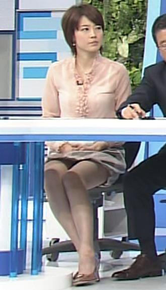 佐藤良子 机の下のミニスカートキャプ画像(エロ・アイコラ画像)