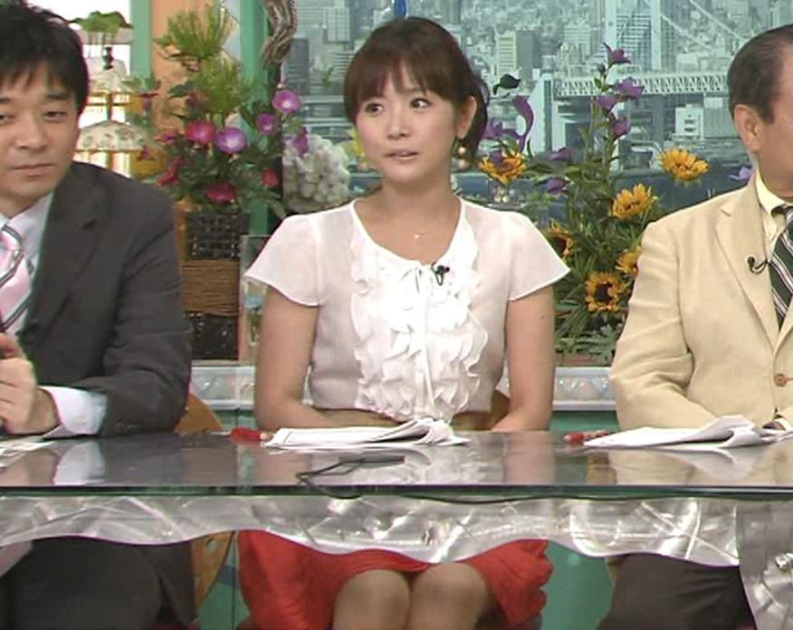 高島彩 いつもと違う角度の机の下のミニスカートキャプ画像(エロ・アイコラ画像)