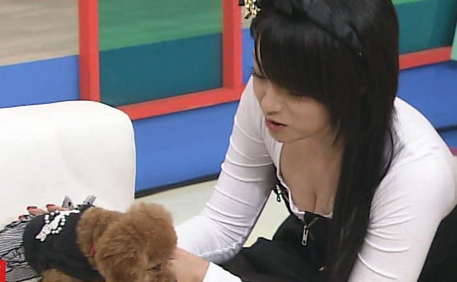 深田恭子 胸元の開いた服で愛犬とはしゃぐキャプ画像(エロ・アイコラ画像)