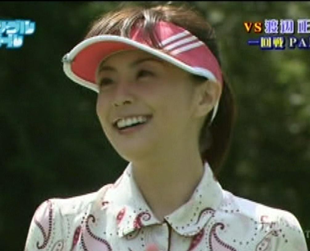 小林麻耶 ミニスカゴルフ ボールを拾ってパンツが見えそうキャプ画像(エロ・アイコラ画像)