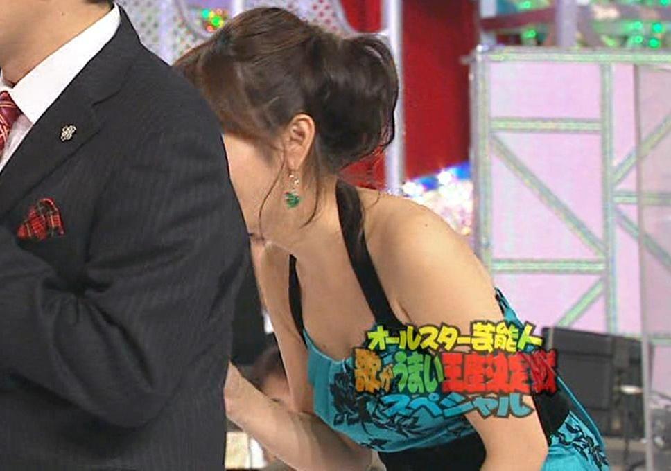 高島彩 セクシードレスで前かがみ胸チラ!!キャプ画像(エロ・アイコラ画像)