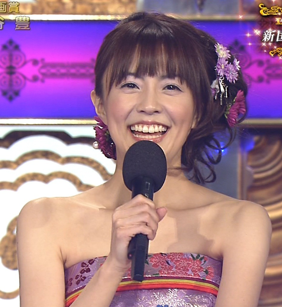 小林麻耶 レコード大賞での露出の多いドレスキャプ画像(エロ・アイコラ画像)